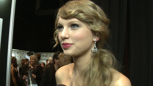 2011 CMA Awards Backstage: Taylor Swift Wins the Big Award of th Video