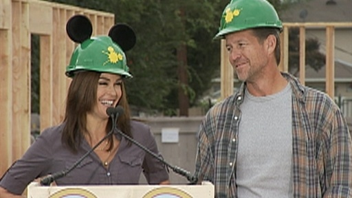 [Teri Hatcher and James Denton Give a Helping Hand]