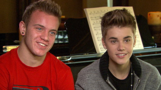 What's in Justin Bieber's Wallet & How Does He Pick His Friends? Video