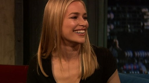 Description: What does Piper Perabo reveal about her Golden Globes dress?